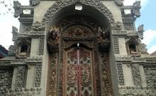 バリの扉:ウブド Ibu Raiのとなり