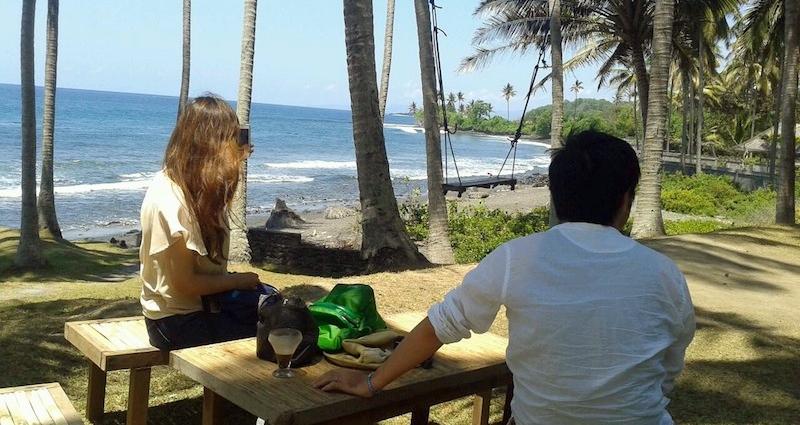 チョコレートドリンクを飲みながら海を眺めるMご夫妻。