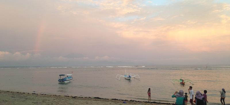 夕暮れ時。この日は虹と遠くにアグン山が見えました