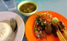 サンバルマタを食べたかったら。ウブドの変わらぬ人気店 海魚食堂 Warung Pak Made Roy